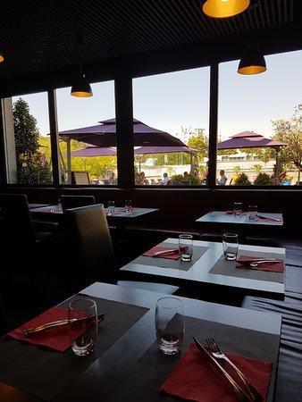 Une partie de la salle du restaurant montigny le - La table de savoie et la table de bretagne ...
