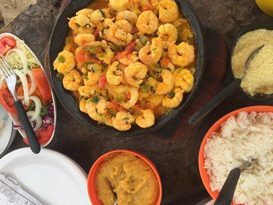 Cairu, BA: Este prato é pra 2 mas acho que come 3... Custa uns 120,00 e vale muito a pela. Camarões grandes