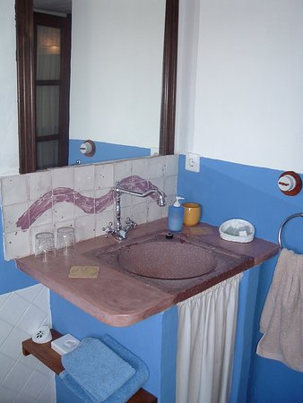 La Fructuosa: Baño estilo rustico, con bañera hidromasaje