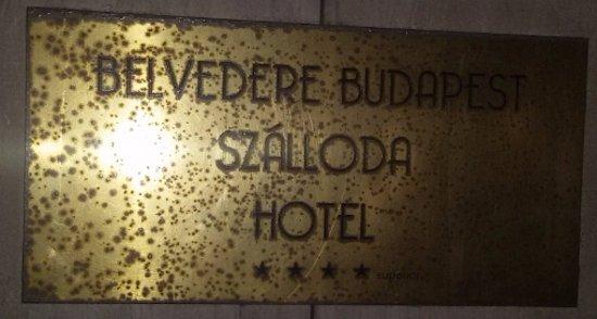 """Belvedere Hotel: Targa davanti all'ingresso, a fianco delle 4* si legge """"superior"""""""