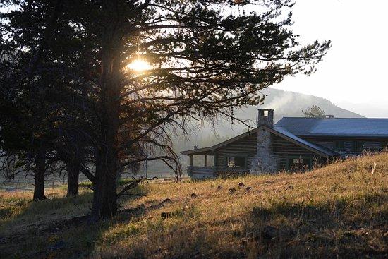 Gallatin Gateway, Монтана: Main lodge at sunrise.