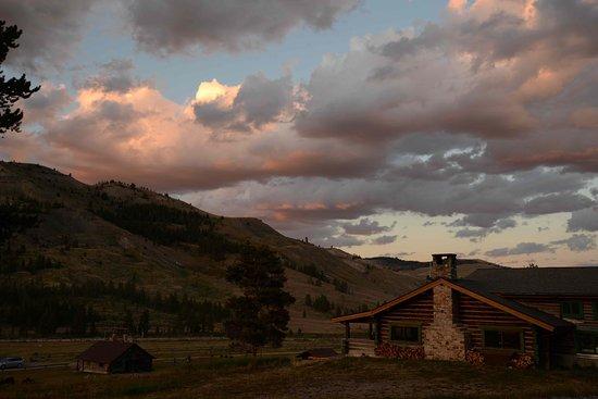 Gallatin Gateway, Монтана: Main lodge at sunset.