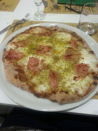 Misterbianco, Italia: Pizza super buona prosciutta, mozzarella e granella di pistacchio 😍
