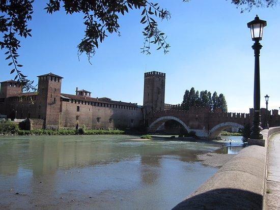 Museo di Castelvecchio: Castelvecchio e l'Adige: un tutt'uno