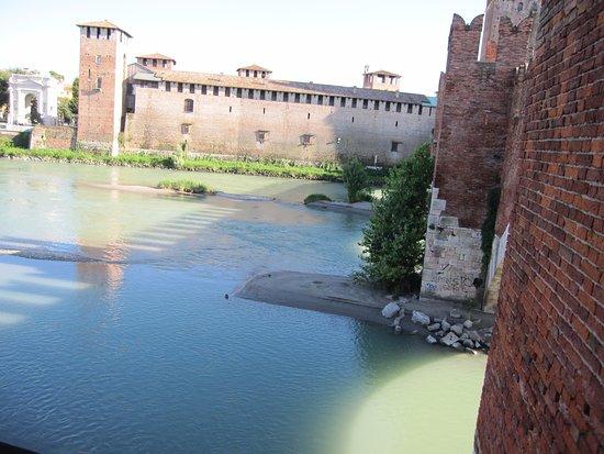 Museo di Castelvecchio: Il complesso di Castelvecchio visto dal Ponte