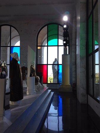 Interno esposizione fendi foto di palazzo della civilt for Palazzo della civilta italiana fendi