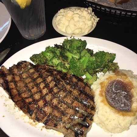 โอกริดจ์, เทนเนสซี: 14ounce ribeye with wood grilled broccoli and mashed potatoes and gravy along with Mac and chees