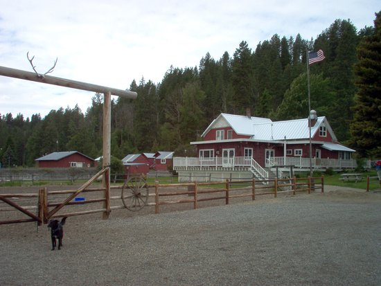 Cle Elum, WA: Riding arena, owner's house, girls bath house and misc. cabins.