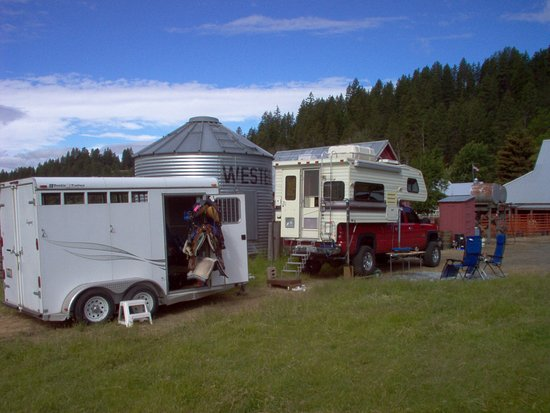 Cle Elum, WA: RV parking and camping area behind the barn down with your horses.