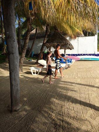 El Milagro Beach Hotel and Marina: The beach is raked every morning.