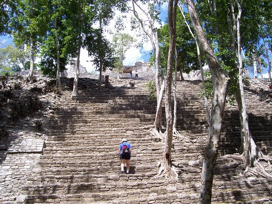 Sud du Mexique, Mexique : Climbing Kinichna Pyramid
