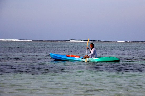 White Sands Paradise Beach Resort: kayaking over the fringing reef