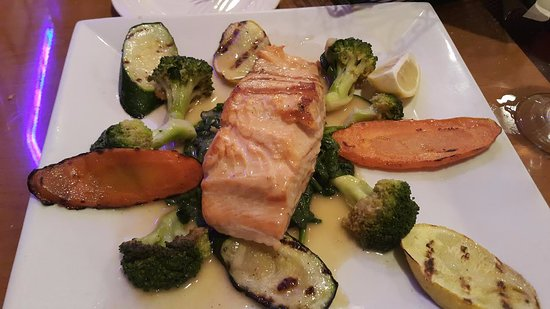 Bergenfield, นิวเจอร์ซีย์: Food served pleasingly and pleasantly (my salmon dinner)