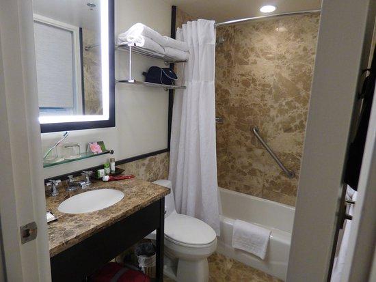 The Royal Hawaiian, a Luxury Collection Resort: Tiny bathroom