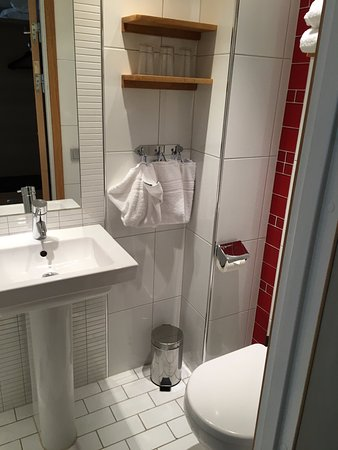 Spar Hotel Majorna: Compact and clean bathroom