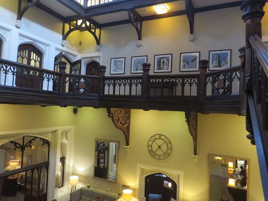 Tortworth, UK: Staircase and balcony