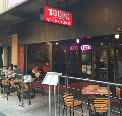 Bremerton, WA: Summer means the patio seats are in high demand at Toro.