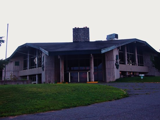 Telemark Resort & Convention Center: The imposing lodge is closed and dark - go past it!