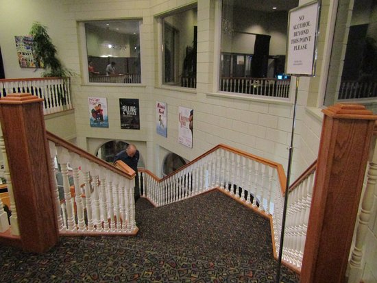 Chemainus Theatre: Beautiful Staircase upstairs to the Buffet & Show.