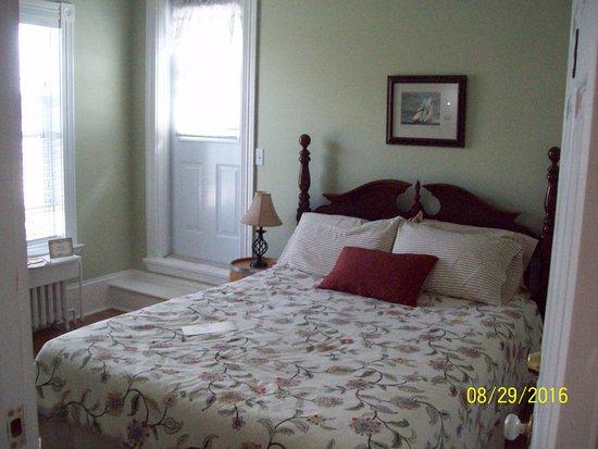 Louisbourg, Kanada: left side of bed is door to balcony