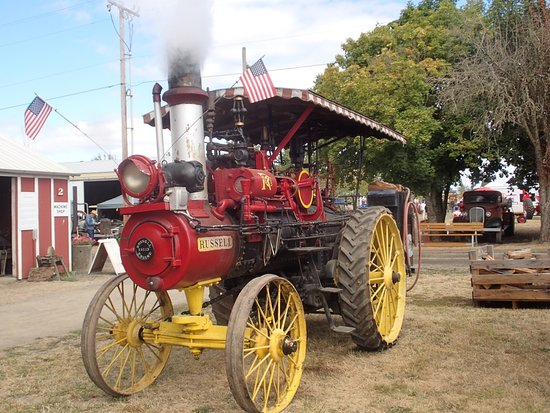 Brooks, Oregón: A Russell steam powered tractor. circa 1908