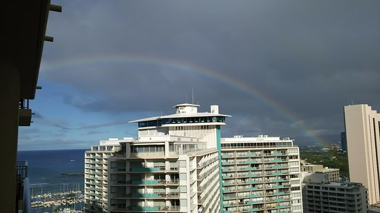 Grand Waikikian by Hilton Grand Vacations: Honolulu空港側の朝一の景色!Rainbow!!