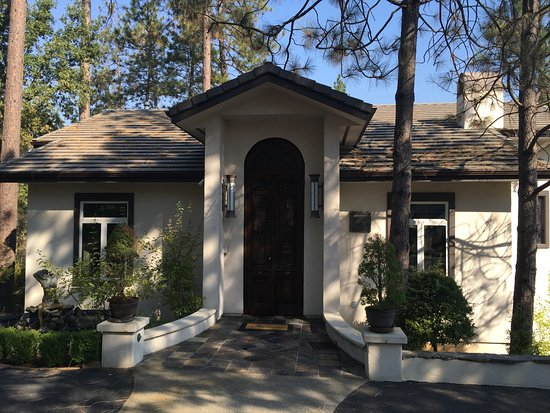 Oakhurst, CA: The separate building holds the spa facilities