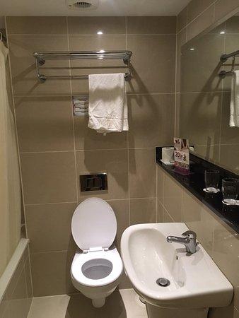 BEST WESTERN PLUS Academy Plaza Hotel: small bathroom with tub