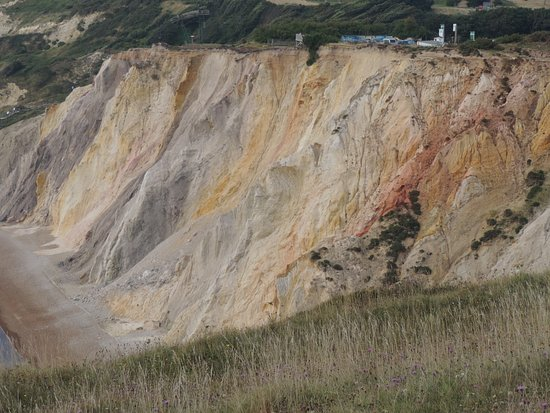 Totland, UK: The coloured cliffs, on the walk to the Old Battery