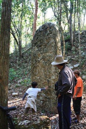 Campeche, México: Con mi hijo, vean el tamaño de esa estela