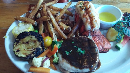 Meaford, Kanada: Scallops, Elk Strips and Venison with Lobster tail. All was cooked to perfection! My husband and