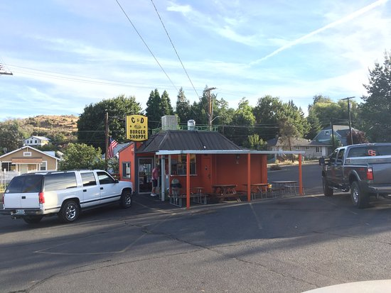 Klamath Falls, Oregón: View of the C&D Burger Shoppe from the parking lot. It's small, but good!