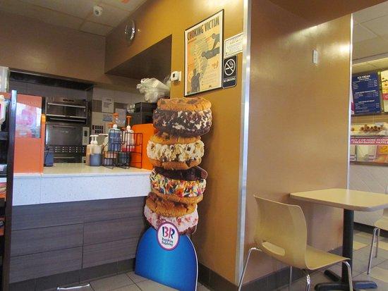 Astoria, Nowy Jork: Your usual Dunkin Donuts with Baskin Robbins