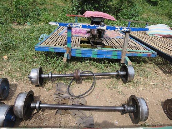Battambang, Cambodja: Bamboo train taken apart