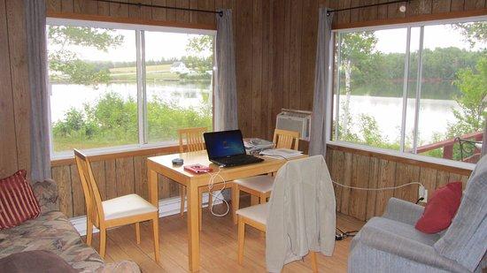 Rustico, Kanada: Le chjalet que nous avions avait 2 belles grandes fenêtres dans le salon - salle à manger.