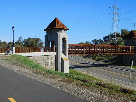 Folsom, Californien: Johnny Cash Trail; a bike path and bridge on the west side of the lake.