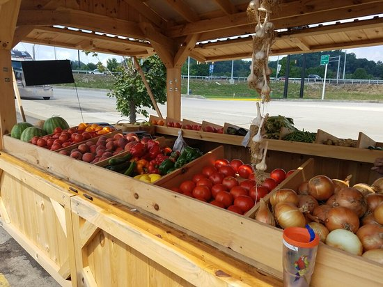 Hurricane, Западная Вирджиния: A fresh fruit and vegetable stand outside the restaurant will be there through October. Big red