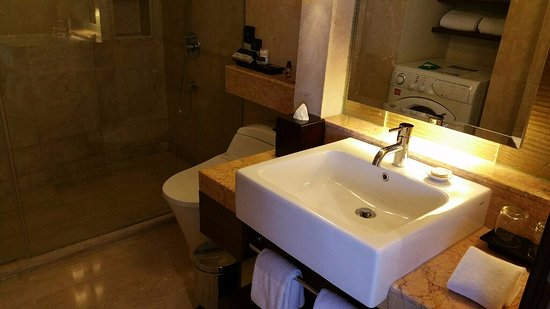 Oakwood Premier Cozmo Jakarta: Bathroom with washing machine