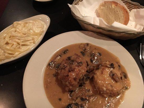 Riazzi's Italian Garden: Chicken Valastano, fettuccine Riazzi and house bread