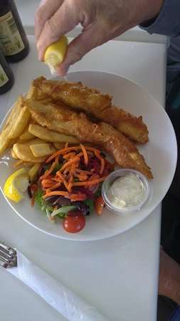 Landsborough, Αυστραλία: Fish and Chips with salad side