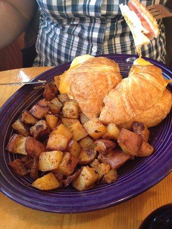 Frisco, CO: Croissant con formaggio e prosciutto e patate al forno