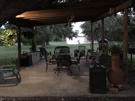 Blanco, TX: Relaxing back patio