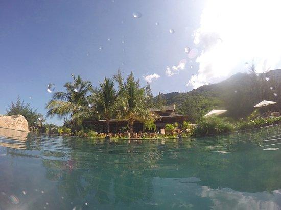 An Lam Ninh Van Bay Villas: Restaurant view from the pool