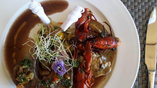 Chambilly, France : côtelette d'agneau, poulet farcis aux champignons et foie gras ecrevisses