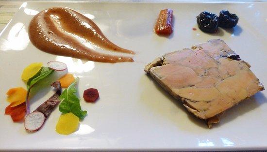 Sevignacq-Meyracq, Fransa: marbré de foie gras au vieux Madiran épicé et rhubarbe confite