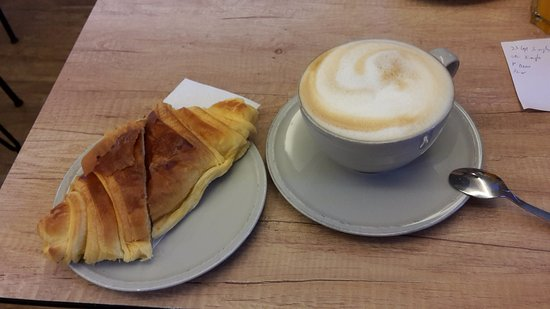 Lisbon District, Portugalia: Criossant with cappucino in Choupana Caffe, Libson