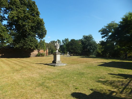 Rainham, UK: Across the lawn
