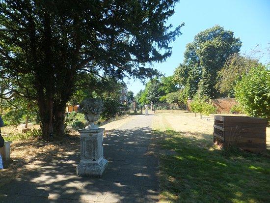 Rainham, UK: The orchard path