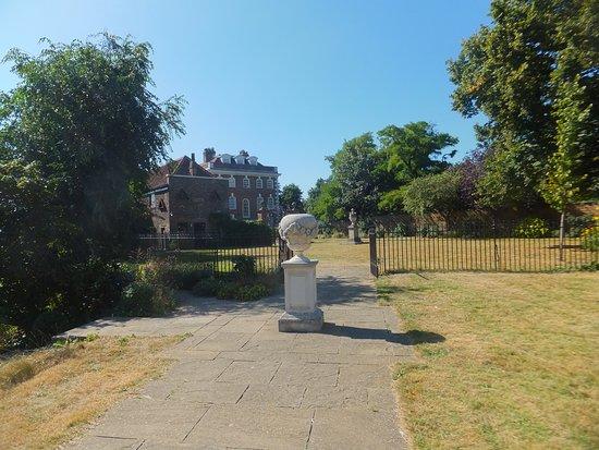 Rainham, UK: Toward the house