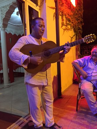 Aladdin: petit air de guitare et chason kabyle au frais sur la terrasse ... voyage assuré pour le Maroc